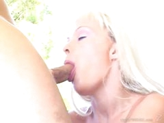Tempting Layla Jade throat fucks a stiff skin flute