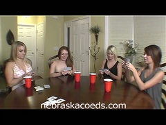Hawt college sweethearts play strip poker